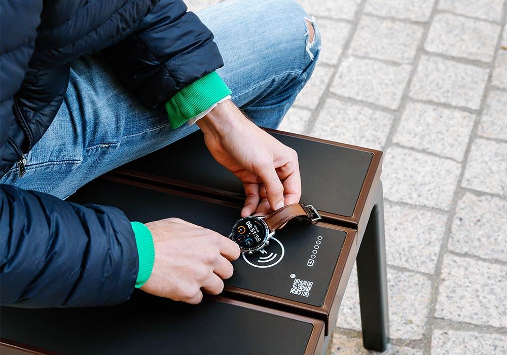 Banc Steora Classic avec recharge sans fils pour smartphone et montre