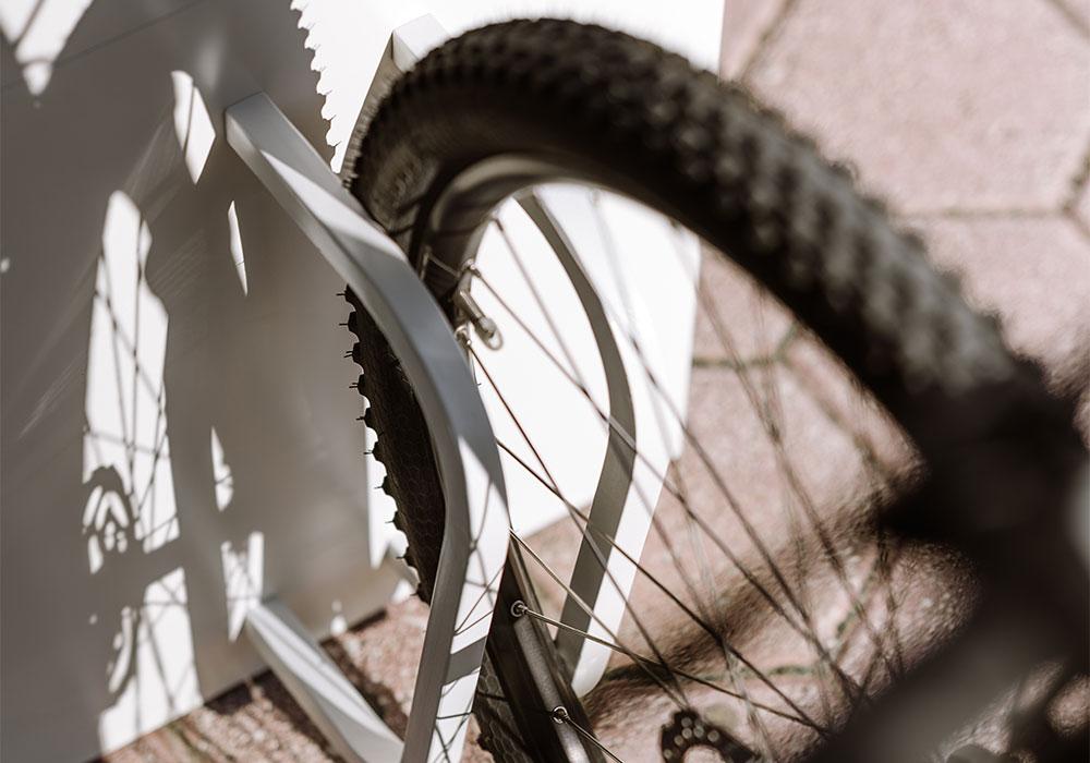 Banc connecté Steora Cyclo un mobilier urbain avec support vélo