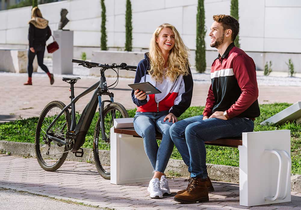 Banc Steora Cyclo, mobilier urbain équipé de porte vélo