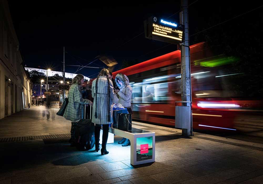 Banc urbain intelligent avec écran publicitaire